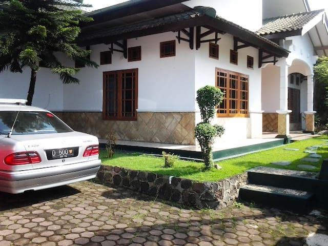 junjunan dalam sharia guesthouse - Bandung - Bed & Breakfast