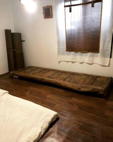 게스트룸 B입니다.   1층 전체 공간을 다 사용하실수 있습니다.  1층에는 게스트룸 2개와 샤워실, 화장실, 정원이 보이는 거실과 커피 머신이 구비된 주방공간이 있습니다.  아침 조식 포함 UCC 커피 무료 제공