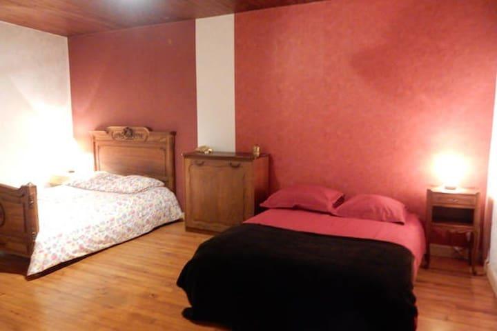 Très Grande chambre sur la route des vacances - Durmignat - Haus