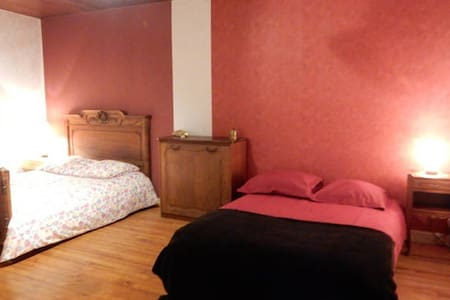 Très Grande chambre sur la route des vacances - Durmignat - House