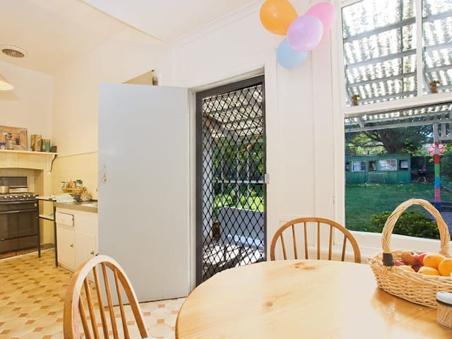 Own room in a friendly, cosy house! - Caulfield South - Casa