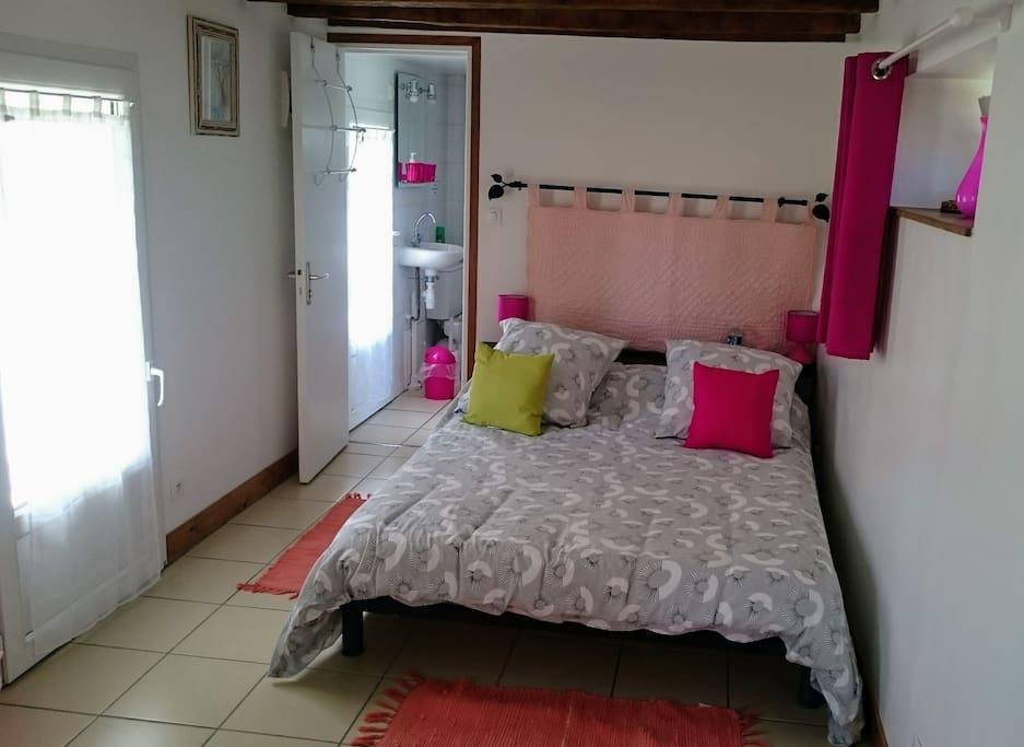 La chambre occupe tout le rez de chaussée. Elle est équipée d'un réfrigérateur et d'un micro-onde.