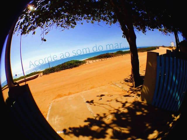 Casa Charmosa de Frente à Praia de Castelhanos!
