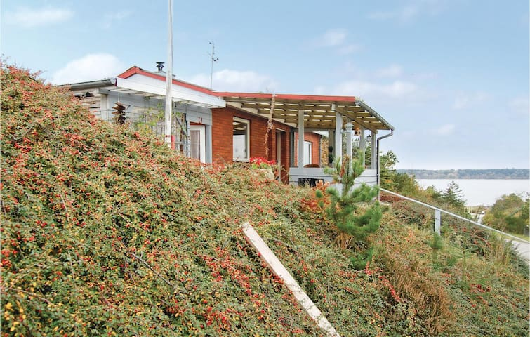 Holiday cottage with 2 bedrooms on 70m² in Roslev