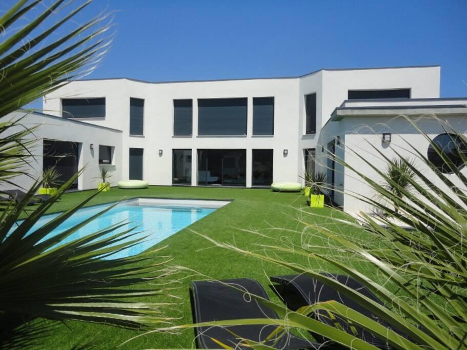 Villa cortaderias villas for rent in cap d 39 agde for Location villa agde piscine