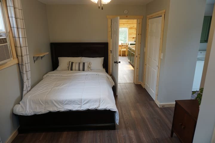 Downstairs bedroom (queen)