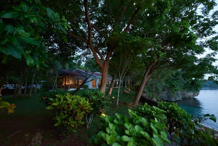 Villa sleeps 10-pool, tennis + private sea access
