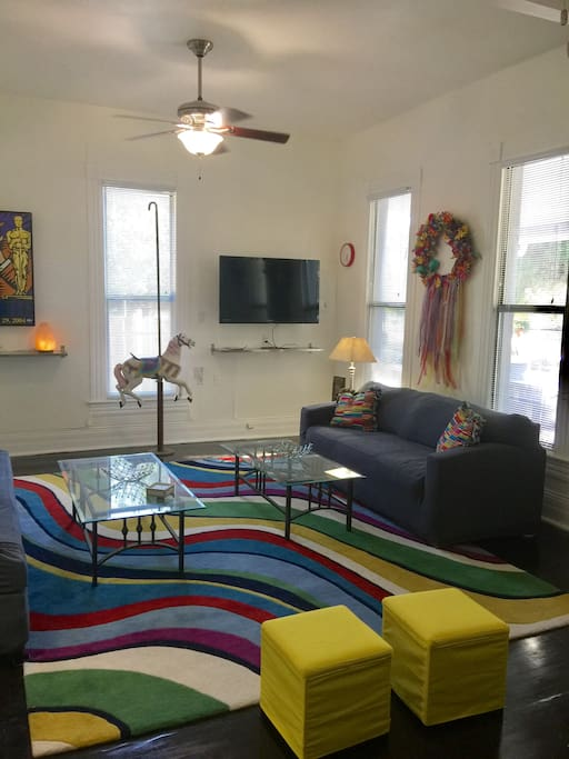 High ceilings, flat screen TV, cable & Internet. Plenty of room for either relaxing or entertaining.