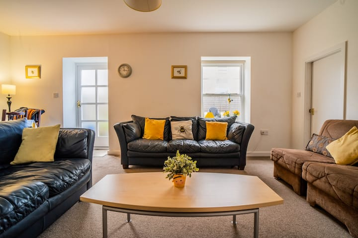 Bumblebee, pet friendly apartment in New Mills