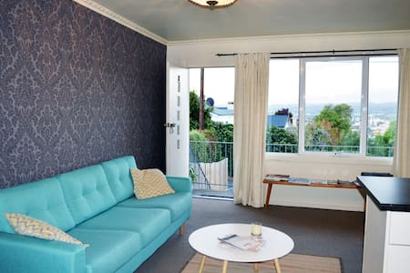 AUTUMN SALE! Sunny Retro Apartment w/ Amazing View - West Launceston - อพาร์ทเมนท์