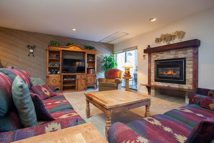 Roomy condo w/ trails across the street, grills, & covered parking