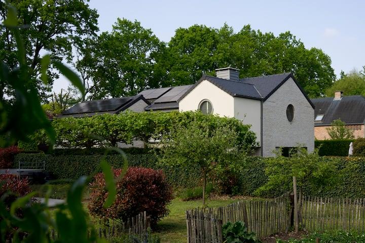 Stilvolles Gästehaus in Villa mit Swimmingpool