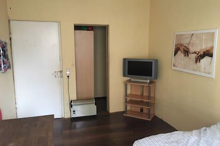 Kleines Zimmer in Zuffenhausen Nähe Porsche, Bosch - Stuttgart