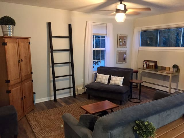 Charming, private, 2 bdrm apt, short walk to town