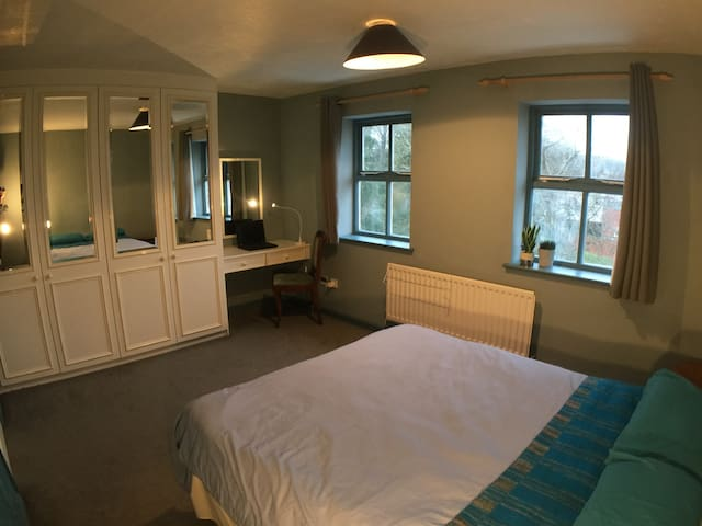 Central Watford - own bathroom, parking, WIFI