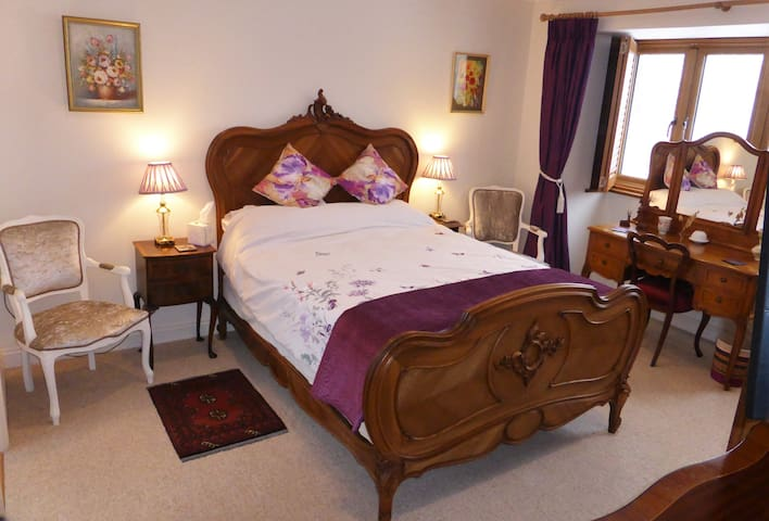 Spacious double room with en-suite in a quiet area
