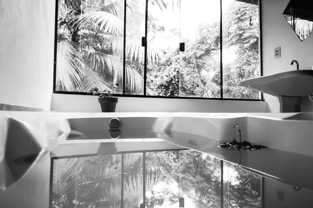 Banheiro privativo com banheira de hidromassagem!