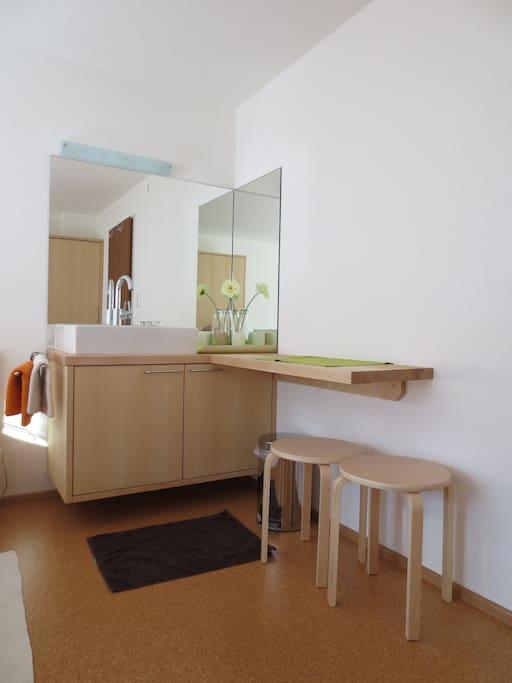 Neue , moderne Möbel aus Holz. Fließen Wasser im Zimmer