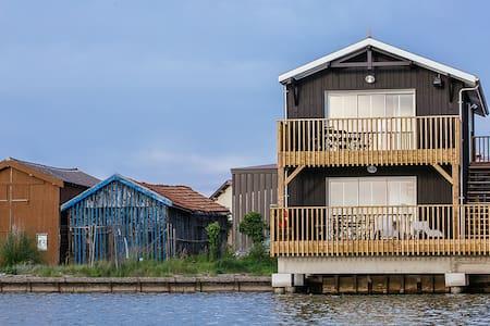 Cabane bois au bord de l'eau Bassin d'Arcachon