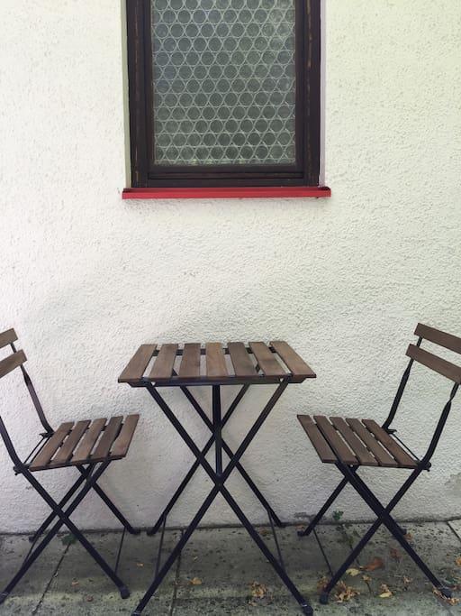 Gartentisch mit Gartenstühlen zum gemütlichen Kaffeetrinken oder Frühstücken...