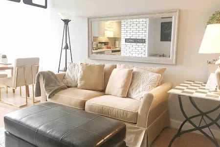 Chic Soho like Apt downtown,Quiet & Safe w/Parking