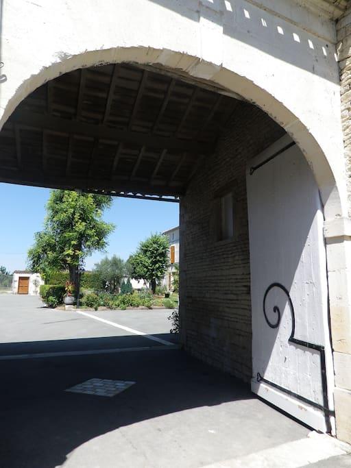 Entrée par un porche charentais de 1816