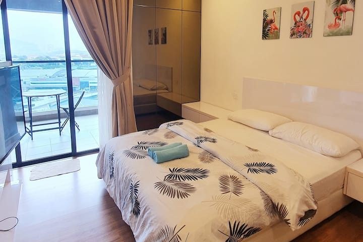 (12)Modern Suite with Balcony: FREE Wifi ;Parking