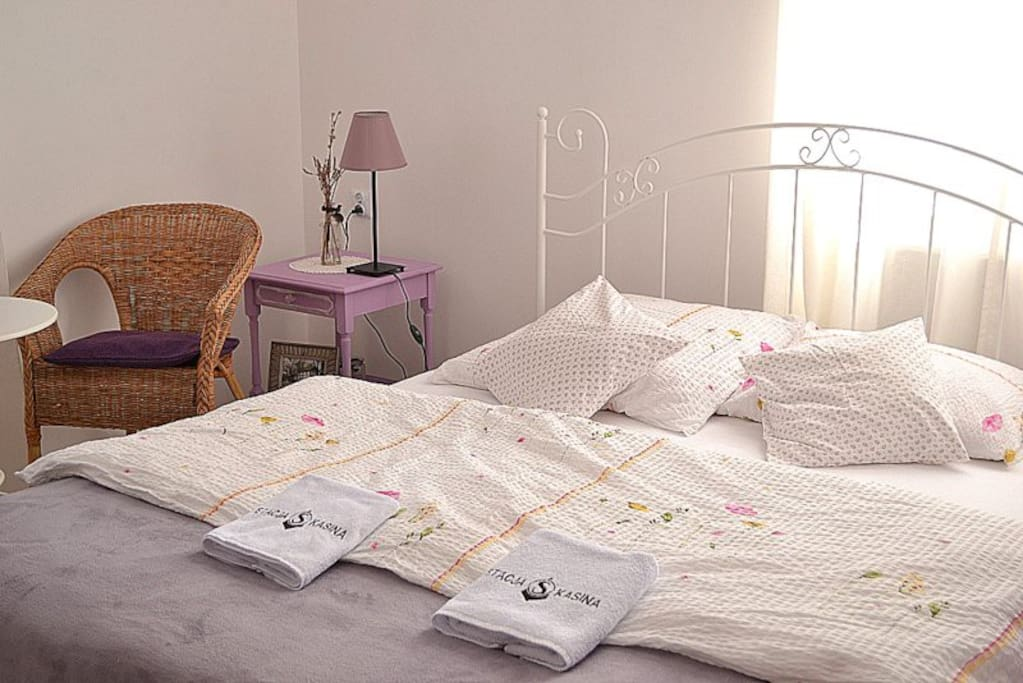 Małżeńskie łóżko w pokoju lawendowym (double bed in the lavender room)