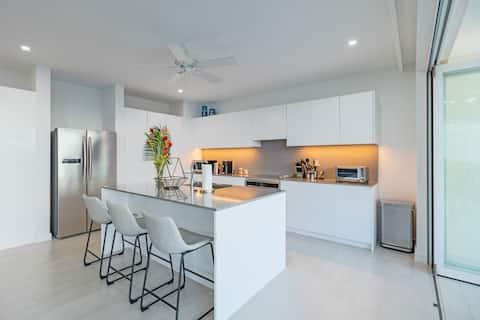 Beautiful Modern 2 Bed Home, Amazing Sea Views!