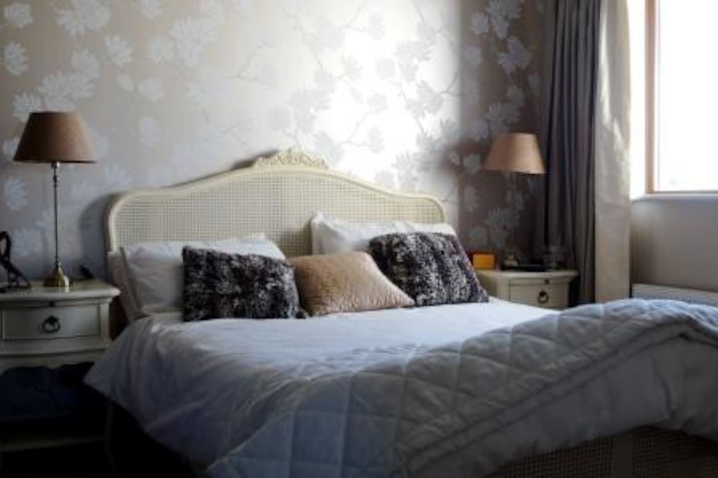 Double room with queen size bed. Use of private bathroom.