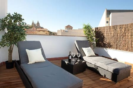 Apartment with an impressive finish and offering a real touch of luxury. There are two cozy and  private  terraces allowing you to enjoy the mediteranean weather. Capacity for 3 people (1 kingsize bed and 1 sofa-bed). HUTB008280