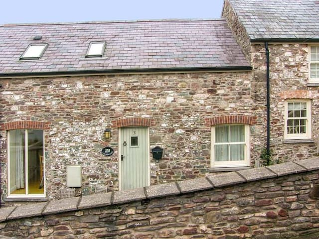 LIMESLADE, pet friendly, with a garden in Laugharne, Ref 21317