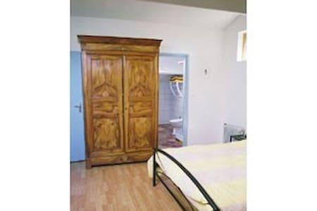 Blue room at Auberge Les Liards - Égliseneuve-des-Liards - Bed & Breakfast