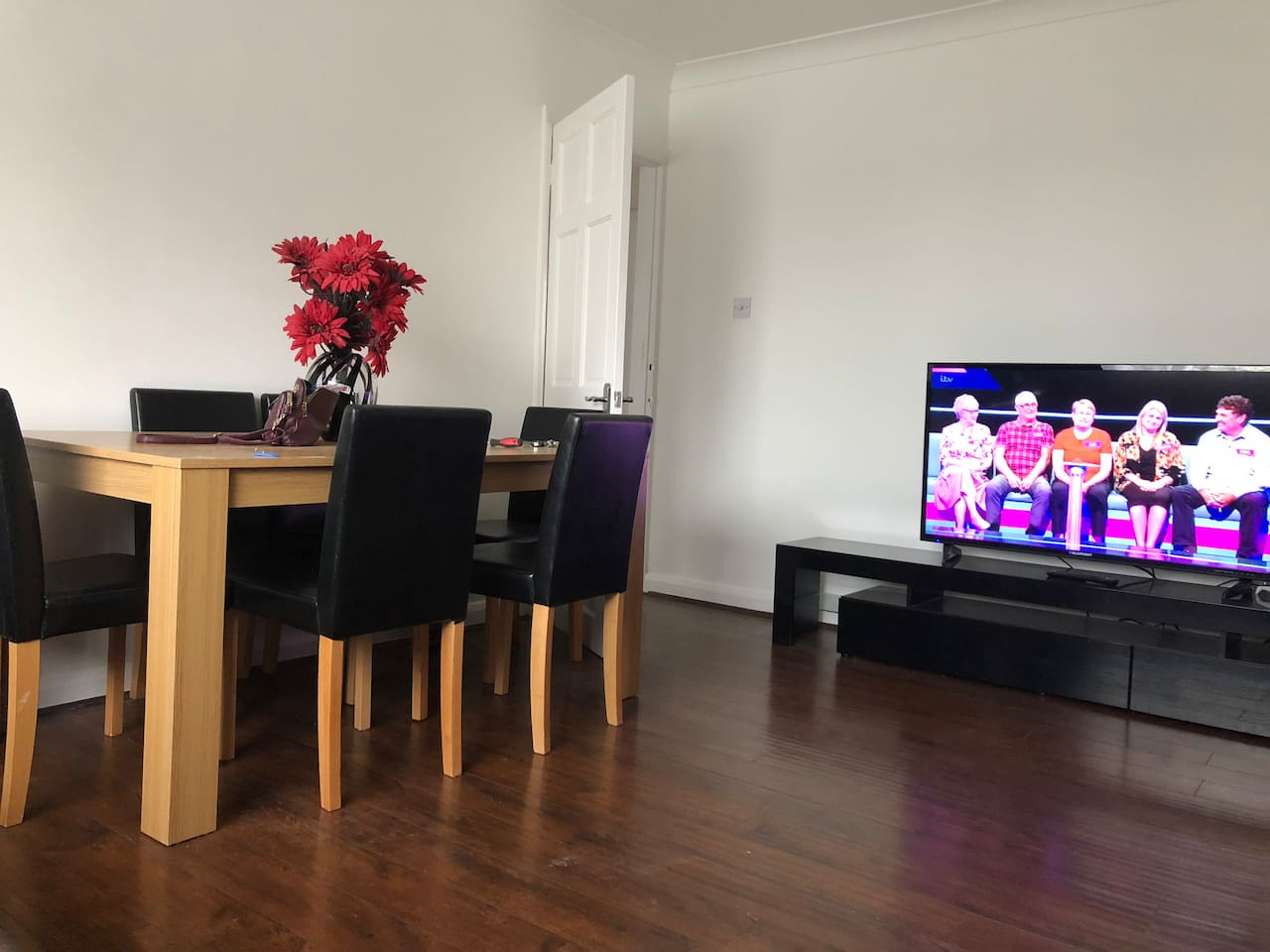 Romford Flat, Walk to station! from £25 PPPN!