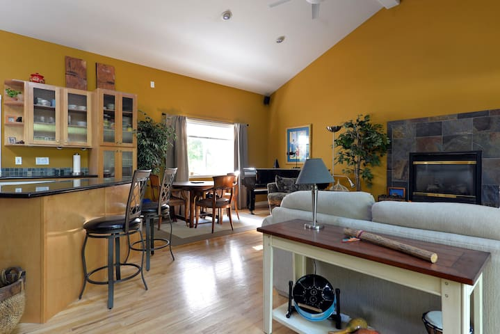 Amazing Home...Large Space Yet Cozy - Kirkland