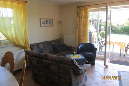 Wohnung gelb gemütlich und komfortabel - Schönberg - Apartament