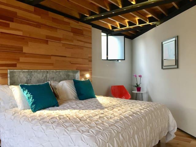 Cama king Size, los interion s y pisos sin en cálidas maderas.