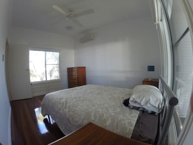 Central pet friendly double room - Aitkenvale - Hus