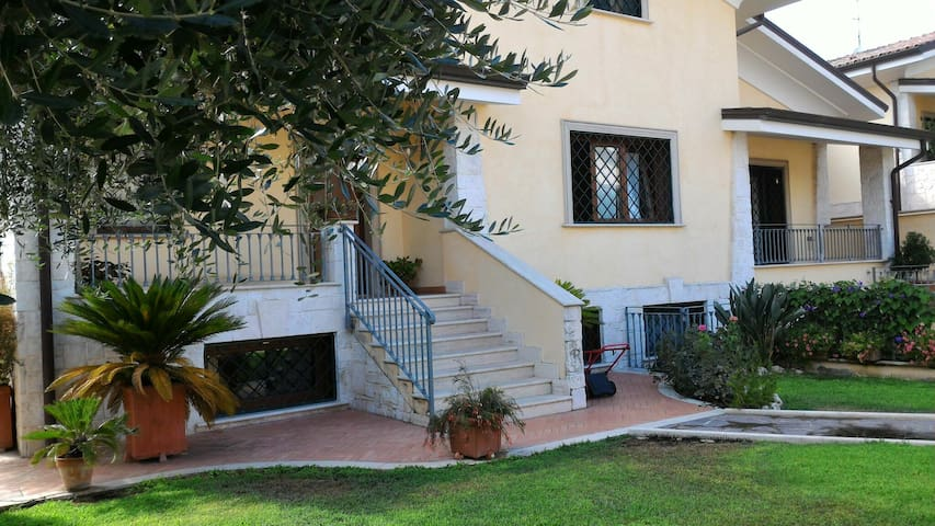Cozy house with garden and parking - Roma - Villa