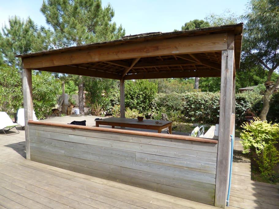 Terrasse en bois pour repas ou pour prendre le soleil sur un transat