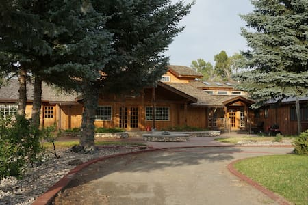 7 Point Ranch,  The Fireplace Room - Emigrant - Dom