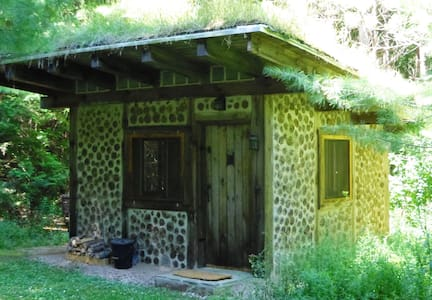 Cordwood Cabin on 50 acre Off-Grid Retreat - Hut