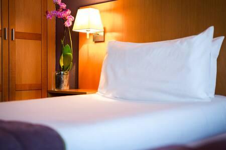 Chambre à bord de l'Hôtel Christina - Lourdes