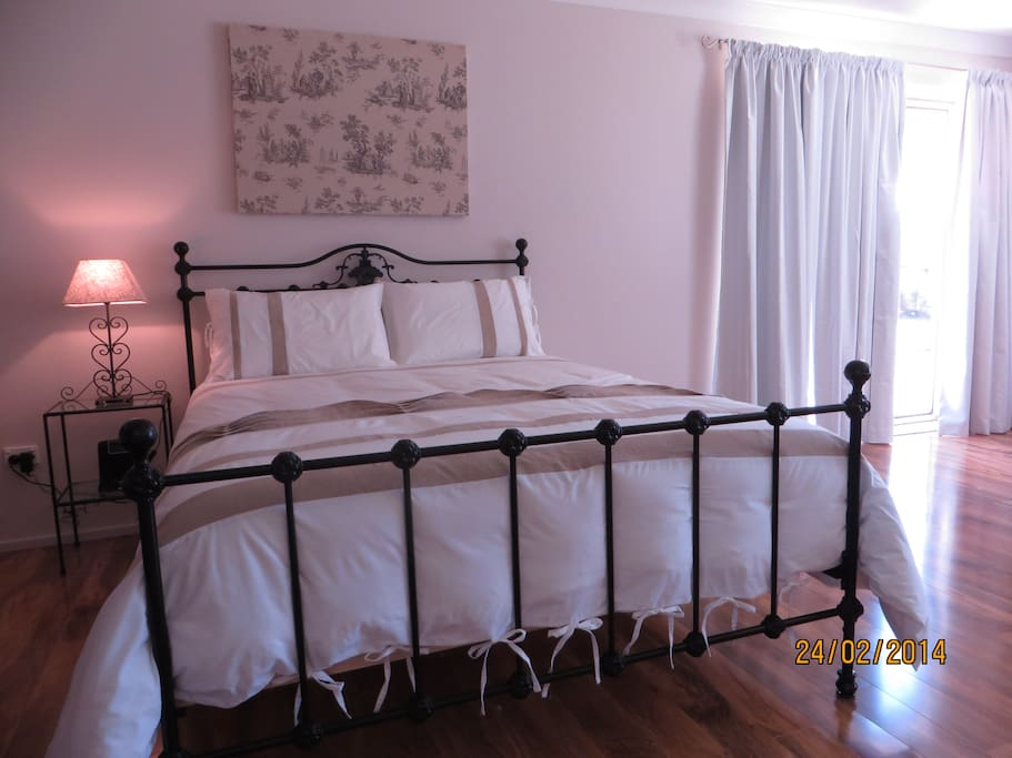 Queen size bed quality linen