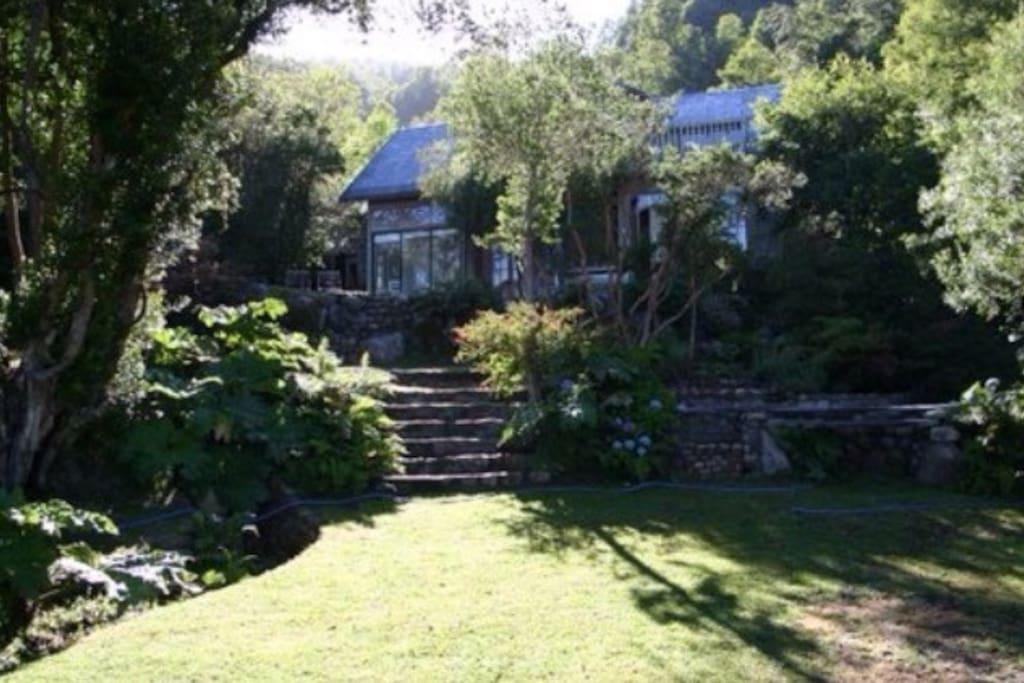 Jardin con uno de los 3 barbecues aqui a la derecha de la foto y a los pies de la casa