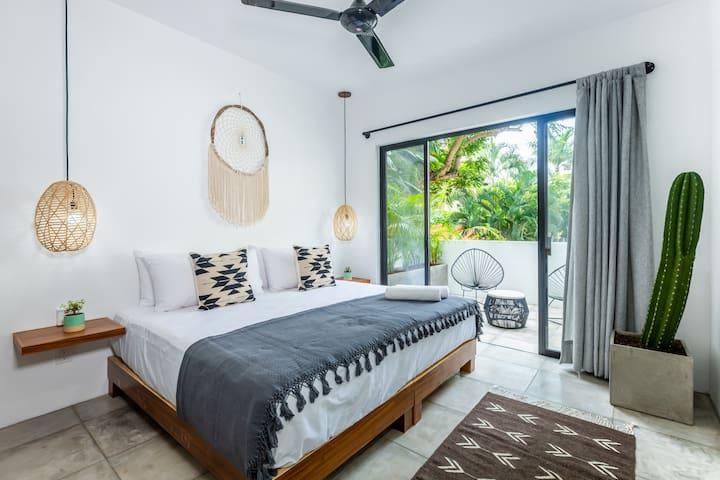 Terrace⋆Location⋆King Bed ♥ NEW Boho Studio Suite