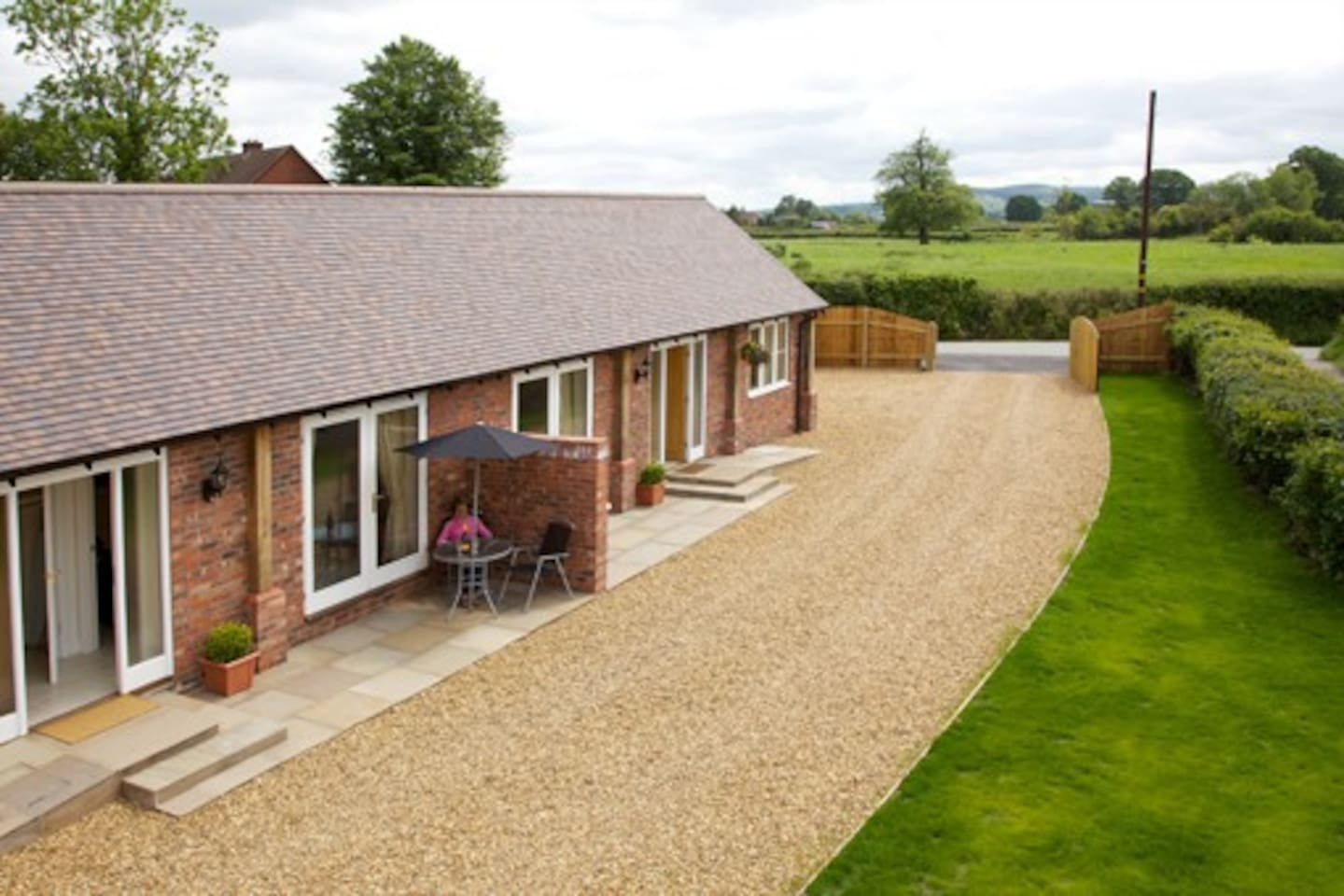 Quite cottage with amazing views, private parking and electric gate