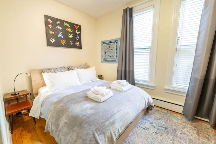 Master bedroom queen bed, high-quality white cotton sheets, lots of pillows