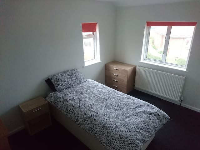 Single room in 2 bed EOT house 4m from Gloucester