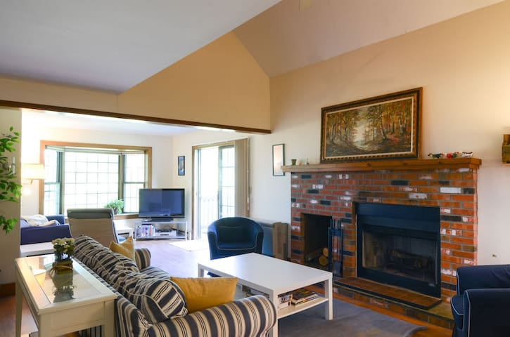Family Friendly 4+ Bedroom, 3 Bathroom Quechee Lakes Townhome